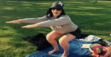 Klimawechselbotschafterin Inge beim Yoga am Teich