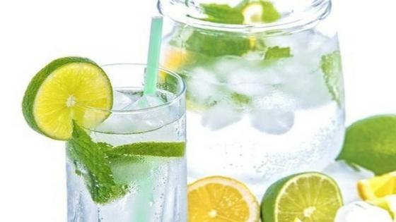 Wasser mit Kräutern und Beeren schmeckt super