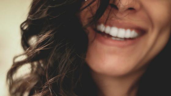 Ein freundliches Lächeln einer Frau ist unwiderstehlich