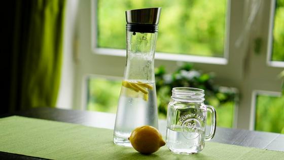 Mit Wasser gut hydriert durch die Wechseljahre